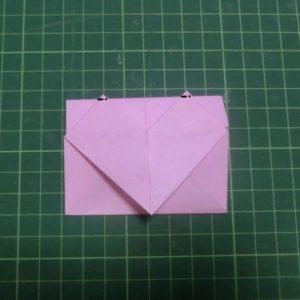 ハート付き手紙の折り方・・・ハートの上の角を少し折ります
