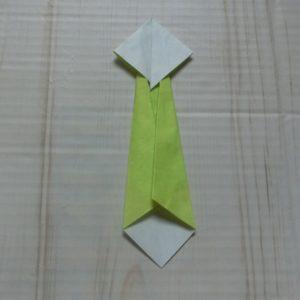 ネクタイ折り方・・・右側も折って細くなりました