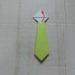 ネクタイ折り方・・・裏返して白い部分の三角を上に折ります