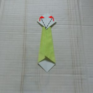 ネクタイ折り方・・・また裏返して白い部分を斜めに折ります