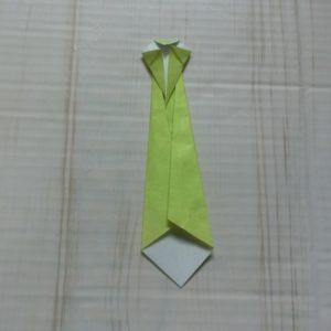 ネクタイ折り方・・・上の角を少し下に折ります