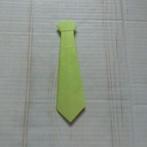 ネクタイ折り方・・・黄緑色の折り紙ネクタイが出来上がりました