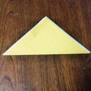 ポチ袋の折り方・・・角をずらして裏面が少し見えるように三角を折ります