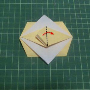 折り方手順・・・袋部分を開いたら三角部分を谷折りします