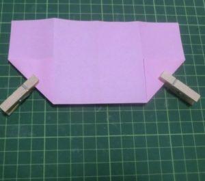 ハート付き手紙の折り方・・・両方の角を折り、洗濯バサミで押さえています