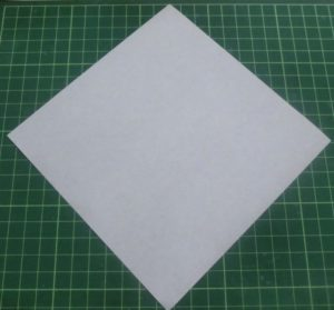 ハートの折り方説明・・・折り紙は色のついていない方を上にして折り始めます