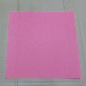ハートの折り方説明・・・ピンクの折り紙を用意しました
