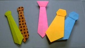 3種類、5個の折り紙ネクタイが並んでいます。