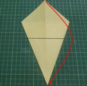 折り方手順・・・裏返して角を合わせるように下に折ります