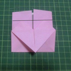 ハート付き手紙の折り方・・・ハートの後ろから出ている部分を下に折ります