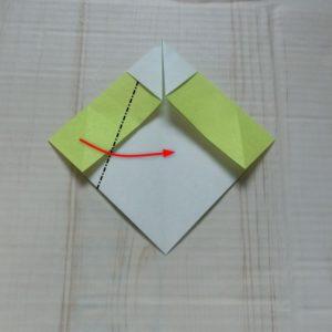 ネクタイ折り方・・・白い部分を残して斜めに折ります