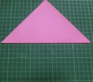 ハートの折り方説明・・・角を合わせるようにして三角になるように半分に折ります