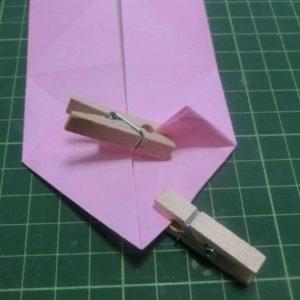 ハート付き手紙の折り方・・・わかりやすく洗濯バサミで挟んでいるピンクの折り紙