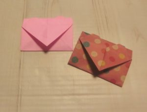ピンクと水玉のハート付き手紙が二つならんでいます