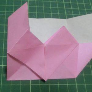 ハート付き手紙の折り方・・・引き出した部分をたたんでハートの後ろにさしこみます