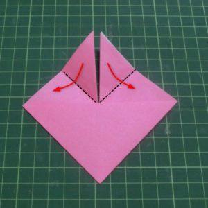 ハートの折り方説明・・・上の三角を開くように折ります