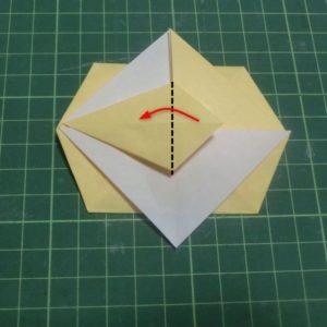折り方手順・・・開いてできた三角を谷折りします