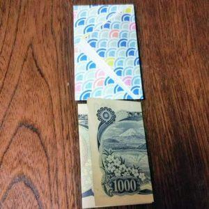 お札の入れ方・・・ポチ袋の幅にお札が入るか確認します