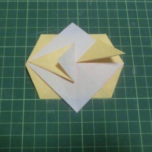 折り方手順・・・山になっている三角を折ります