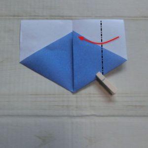 六角形の折り方・・・右から中心線に合わせて折ります