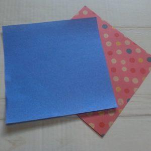 六角形の折り方・・・青色と水玉模様の折り紙を用意しました