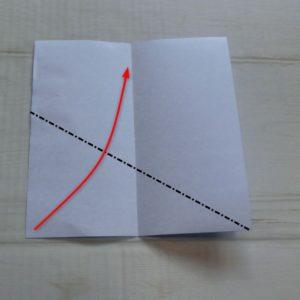 六角形の折り方・・・左の角を中心線に合わせて折ります