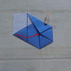 六角形の折り方・・・左下の角を中心に合わせて折ります