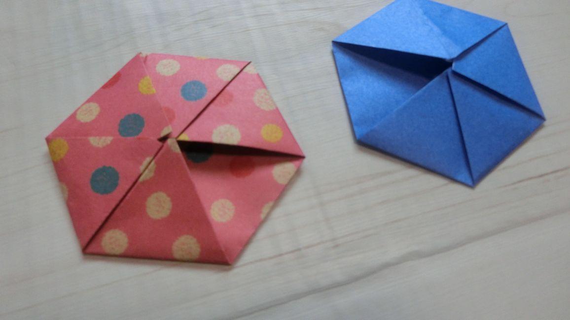 青色と水玉模様の折り紙で六角形の手紙が完成しました