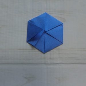 六角形の折り方・・・折り目を付けたら戻します