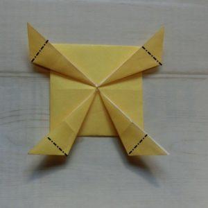 鬼の体の折り方・・・角をそれぞれ少し折ります