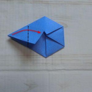 六角形の折り方・・・左の角を中心に合わせて折ります