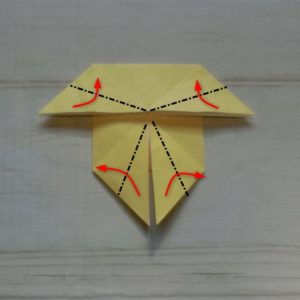 鬼の体の折り方・・・4か所の角をそれぞれ折ります