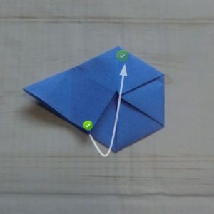 六角形の折り方・・・チェックマークの部分が合うように中に入れ込みます