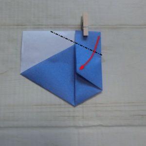 六角形の折り方・・・右上の角を中心に合わせて折ります