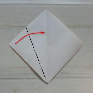 鬼の顔の折り方・・・真ん中の線に合わせて折ります